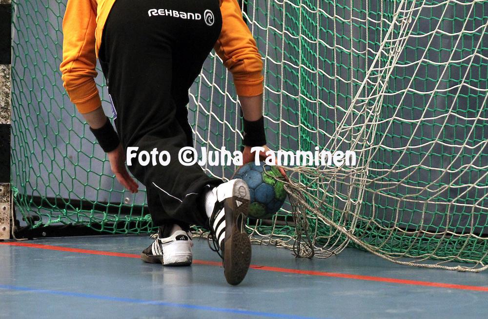 25.1.2014, Urheilutalo, Riihim&auml;ki.<br /> K&auml;sipallon SM-liiga 2013-14, Cocks - HC West.<br /> Maalivahti kaivaa palloa verkosta.