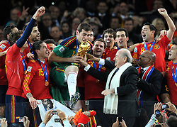 11-07-2010 VOETBAL: FIFA WK FINALE NEDERLAND - SPANJE: JOHANNESBURG<br /> Spaniens Kapitn Iker Casillas erhlt den WM Pokal von FIFA Prsident Josef Blatter und den Prsidenten Sdafrikas Jacob Zuma<br /> EXPA Pictures © 2010 EXPA/ InsideFoto/ Perottino - ©2010-WWW.FOTOHOOGENDOORN.NL<br /> *** ATTENTION *** FOR NETHERLANDS USE ONLY!