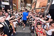 DESCRIZIONE : Nazionale Maschile Visita al Gazzetta Store <br /> GIOCATORE : Andrea Cinciarini tifosi<br /> CATEGORIA : nazionale maschile senior <br /> SQUADRA : Nazionale Maschile <br /> EVENTO : Visita Gazzetta Store <br /> GARA : Media Day Nazionale Maschile <br /> DATA : 20/07/2015 <br /> SPORT : Pallacanestro <br /> AUTORE : Agenzia Ciamillo-Castoria