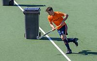 AMSTELVEEN - Robbert Kemperman (Ned)  passeert een denkbeeldige verdediger, een kliko,   tijdens de training van het heren hockey team. Het Nederlands elftal heeft toestemming gekregen van het ministerie van VWS, het RIVM en NOC NSF om de groepstrainingen te hervatten tijdens de coronacrisis. Er mogen niet meer dan 6 veldspelers telgelijk op het veld.  COPYRIGHT KOEN SUYK