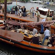 NLD/Huizen/20080828 - Schapen worden aan wal gezet haven Huizen voor de nieuwe Schaapskooi Blaricum