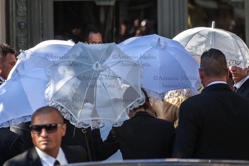 """Giorgia Duro, """"coperta"""" e scortata da vigilantes privati, si avvia all'ingresso della Chiesa San Francesco di Paola di Palermo."""