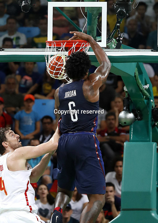 Rio 2016, Basketball Herren Halbfinale, USA - Spanien 19.08.2016. Rio de Janeiro, Brazil. Mens Basketball semi-final at the 2016 Rio Olympic Games. USA versus Spain.  JORDAN (USA) dunks over Pau Gasol (ESP)  . The USA won the game by a score of 82-76 to make the final.