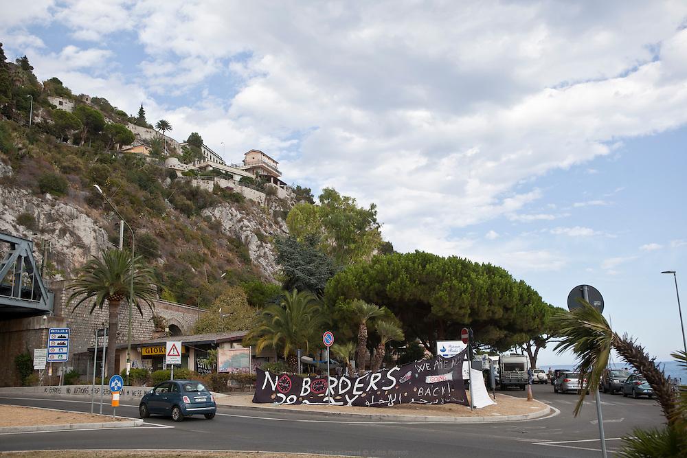 À Vintimille, entre France et Italie, les militants du réseau No Border portent assistance à des réfugiés qui se retrouvent là devant une énième frontière à franchir. Le camp No Border, situé entre la route, un hôtel, la plage et le poste-frontière italien, accueille les migrants sous les arches d'un pont ferroviaire.