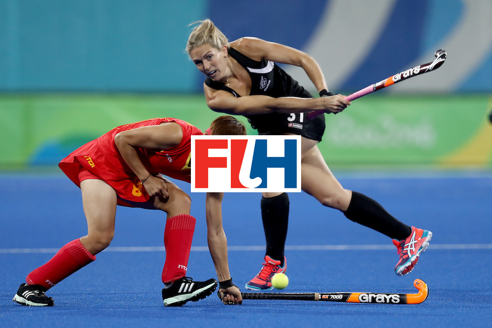 RIO DE JANEIRO, BRAZIL - AUGUST 13: Stacey Michelsen of New Zealand passes through Qian Yu of China in the Women's Pool A match between the People's Republic of China and New Zealand on Day 8 of the Rio 2016 Olympic Games at the Olympic Hockey Centre on August 13, 2016 in Rio de Janeiro, Brazil.  (Photo by Phil Walter/Getty Images)