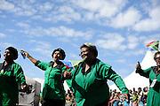 Vrouwen dansen en zingen tijdens optredens op Freedom Day, de dag dat Zuid Afrika de democratie viert en de strijd tegen de apartheid herdenkt.
