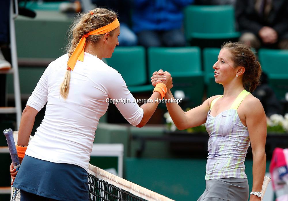 French Open 2013, Roland Garros,Paris,ITF Grand Slam Tennis Tournament, R-L. Annika Beck (GER) gratuliert der Siegerin Victoria Azarenka (BLR) am Netz,Halbkoerper,Querformat,
