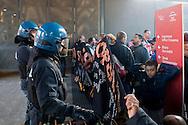 Roma 14 Novembre 2013<br /> I movimenti per la casa protestano al Film Fest all'Auditorium  per i numerosi sfratti che ci sono a Roma, e per  lo sfratto di questa mattina di Abdou la moglie con tre bambini, che dopo lo sfratto da parte della polizia non hanno ricevuto nessuna assistenza. Demonstrators for the right to housing show banners in front of the deployment of the security forces at the Auditorium della Musica in Rome during the Film Festival