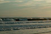 Es una muy conocida playa del Pacífico panameño, a unos 25 minutos al suroeste de la ciudad de David y a unos 35 minutos al este de la frontera con Costa Rica. Playa La Barqueta combina toda la belleza y aventura de una larga playa de arenas blancas con la comodidad del alojamiento en un resort o en la cercana ciudad de David. Está rodeada de áreas de alta biodiversidad y suele ser una zona de anidamiento de tortugas. En 1986 se organizó el Comité Ambiental de Alanje y junto con habitantes de Guarumal, aplicaron algunos programas de protección.<br /> <br /> En el año 1994 se le dio a una parte de este conjunto costero la categoría de Refugio de Vida Silvestre de Playa La Barqueta, con unas 5,935 hectáreas. Entre el paisaje de herbazales y bosques menores de arbusto de sabana, sobresalen los espesos manglares, donde se reproduce parte de la riqueza natural que sostiene a los pueblos de pescadores del Pacífico chiricano.<br /> ©Alejandro Balaguer/Fundación Albatros Media.