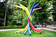 """Venezia - 16. Mostra di Architettura. Padiglioni ai Giardini. All'esterno un lavoro di Konrad Wachsmann: """"Grapewine"""" del 1953"""