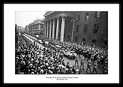Roger Casement var en irsk nasjonalist og poet. Levningene hans ble overlevert til Irland i 1965,.hvor det ble holdt en begravelse til ære for hans handlinger på 1800 og 1900 tallet. Her.møtes titusenvis av mennesker opp for å hedre mannen.