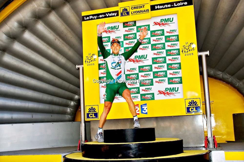Le Puy-En Velay, 20050722. Tour de France 2005. Thor Hushovd på podiet for å få den grønne trøya... ..Foto: Daniel Sannum Lauten/ Dagbladet *** Local Caption *** Hushovd,Thor ..