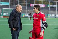 AMSTELVEEN - Vreugde bij Den Bosch   na de competitie hoofdklasse hockeywedstrijd mannen, Amsterdam- Den Bosch (2-3). coach Eric Verboom (Den Bosch) met keeper Loic van Doren (Den Bosch)  COPYRIGHT KOEN SUYK