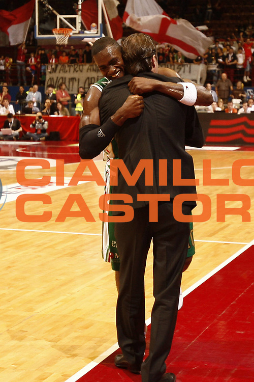 DESCRIZIONE : Milano Lega A 2009-10 Playoff Finale Gara 4 Armani Jeans Milano Montepaschi Siena<br /> GIOCATORE : Simone Pianigiani Romain Sato<br /> SQUADRA : Montepaschi Siena<br /> EVENTO : Campionato Lega A 2009-2010 <br /> GARA : Armani Jeans Milano Montepaschi Siena<br /> DATA : 19/06/2010<br /> CATEGORIA : esultanza coach<br /> SPORT : Pallacanestro <br /> AUTORE : Agenzia Ciamillo-Castoria/P.Lazzeroni<br /> Galleria : Lega Basket A 2009-2010 <br /> Fotonotizia : Milano Lega A 2009-10 Playoff Finale Gara 4 Armani Jeans Milano Montepaschi Siena<br /> Predefinita :