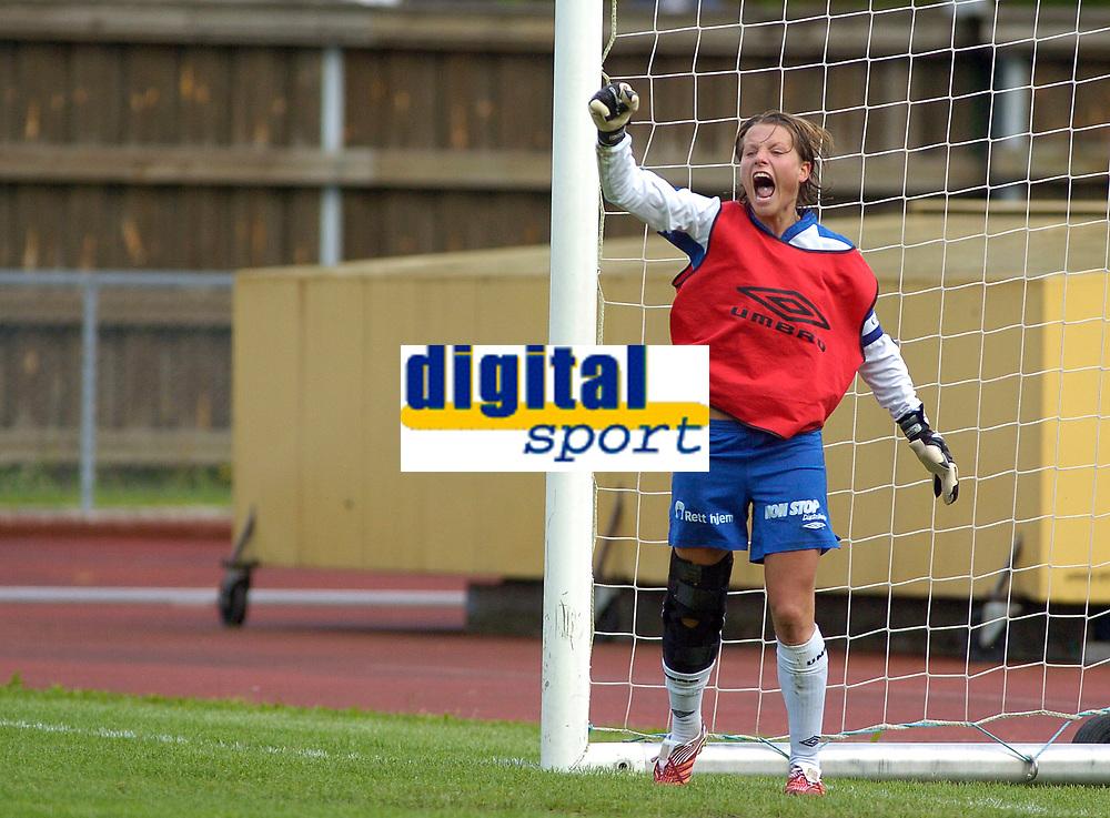 Trine Rønning, Kolbotn, jubler etter at Asker har bommet på straffe. Hun stod i mål etter at keeperen ble utvist. Toppserien 2007: Kolbotn - Asker 2-0. 30. juni 2007. (Foto: Peter Tubaas/Digitalsport).