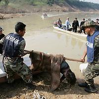 San Juan Grijalva, Chiapas.- Marinos y campesinos rescatan a dos victimas localizadas semi enterradas junto a las margenes del rio Grijalva, luego del desgajamiento de un cerro que destruyo en su totalidad la comunidad de San Juan Grijalva. Agencia MVT / Mario Vazquez de la Torre. (DIGITAL)<br /> <br /> <br /> <br /> NO ARCHIVAR - NO ARCHIVE