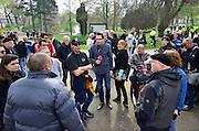Nederland. Nijmegen. 5 april 2014. Pro-Wilders protest. De demonstratie ter ondersteuning van Wilders is in het leven geroepen om hem te steunen en de massale aangifte van burgemeester Bruls, de Nijmeegse wethouders en andere Nijmegenaren te veroordelen. Verslaggever Tom Staal van Pownews in discussie met een demonstrant die hem een duw heeft gegeven.Foto: Flip Franssen/Hollandse Hoogte