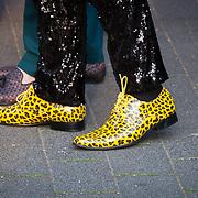 NLD/Hilversum/20180422 - Ontvangst gasten 27ste Coiffure Award Gala, man met gele schoenen