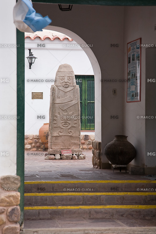 ESCULTURA EN LA ENTRADA DEL MUSEO DE TILCARA, QUEBRADA DE HUMAHUACA, PROVINCIA DE JUJUY, ARGENTINA