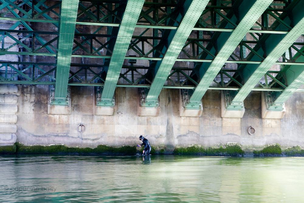 Paris, France. 1er Mai 2009..Brigade Fluviale de Paris..10h10 En entrainement de natation (pendant une heure environ)...Paris, France. May 1st 2009..Paris fluvial squad..10:10 am Swimming training (about an hour)..