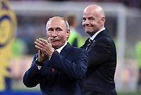 FUSSBALL  WM 2018  FINALE  ------- Frankreich - Kroatien    15.07.2018 Wladimir Wladimirowitsch Putin (vorn, Russland) und FIFA-Praesident Gianni Infantino (li, Schweiz)