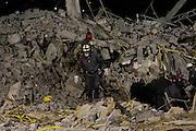 GUARULHOS, SP, 03.12.2013 - DESABAMENTO GUARULHOS - Bombeiros trabalham no local do desabamento de um prédio de cinco andares em construção na Avenida Presidente Castelo Branco, na Vila Augusta, região central de Guarulhos. Um operário continua desaparecido e as buscas nos escombros vararam a madrugada. Por causa do desmoronamento, oito imóveis que ficavam na rua paralela à da construção tiveram de ser interditados. (Foto: Geovani Velasquez / Brazil Photo Press).