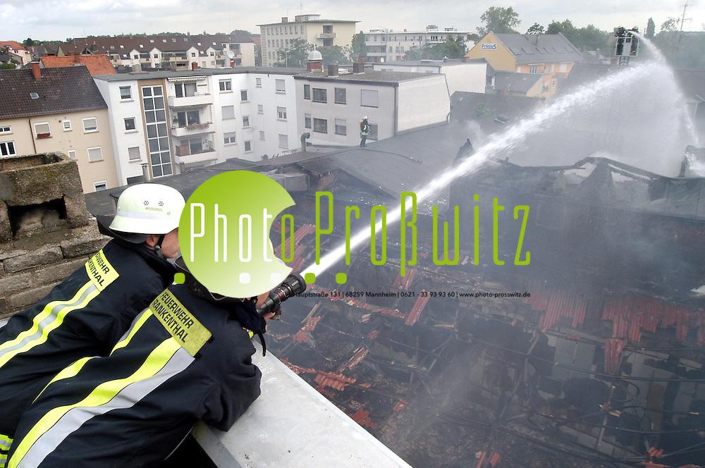 Frankenthal. Brand in Kino verursacht Millionenschaden<br /> <br /> Ein Feuer in einem Kino in Frankenthal hat nach nach ersten Sch&auml;tzungen einen Millionenschaden verursacht. Alle Kinos&auml;le in dem Geb&auml;udekomplex seien zerst&ouml;rt oder stark in Mitleidenschaft gezogen, teilte ein Polizeisprecher mit.<br /> Brand (Quelle: dpa) <br /> <br /> Im gr&ouml;&szlig;ten Vorf&uuml;hrraum sei die Decke eingest&uuml;rzt, hie&szlig; es weiter. Der Brand war aus bislang ungekl&auml;rter Ursache am Morgen im Eingangsbereich des Kinos ausgebrochen. Anwohner hatten die Feuerwehr gerufen, weil aus dem Geb&auml;ude Rauch drang. 30 Bewohner aus Nachbargeb&auml;uden mussten vorsorglich ihre Wohnungen verlassen. Das Feuer war auf ein angrenzendes Geb&auml;ude mit Spielhalle &uuml;bergegriffen. In dem Komplex in Bahnhofsn&auml;he sind auch L&auml;den und Lager untergebracht. Verletzt wurde nach ersten Erkenntnissen niemand. <br /> Bild: Markus Pro&szlig;witz <br /> Bilder auch online abrufbar - Neue-/ und Archivbilder. www.masterpress.org