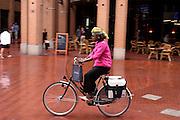 Een allochtone vrouw fietst door Eindhoven