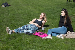 © Licensed to London News Pictures. 05/04/2018. London, UK. People enjoying the sunny weather in Green Park in London today. Photo credit: Vickie Flores/LNP