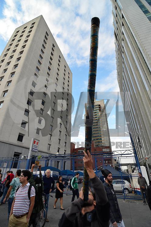 SÃO PAULO, SP, 26.04.2014 – MARCHA DA MACONHA: Movimentação no vão livre do Masp para a Marcha da Maconha que percorrerá a Av. Paulista com destino a Praça Roosevelt, na tarde deste sabado em São Paulo.(Foto: Levi Bianco / Brazil Photo Press).