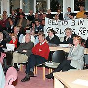 Infoavond gemeentehuis Huizen, inspraakavond 3 in 1, publiek met spandoek op tribune