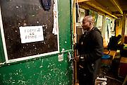 Mery opent de deur naar zijn slaapzaal. Hij is monteur, repareert zwart auto's bij autosloperij, komt uit Mali..Sinds 2011 wonen 150 Afrikaanse migranten in een voormalige fabriek in de Parijse voorstand Montreuil, omdat ze illegaal in Frankrijk verblijven, kunnen ze geen woonruimte huren. In het 450 m2 grote pand wonen jonge mannen uit Malië, Ivoorkust, Bukina Faso, Niger..