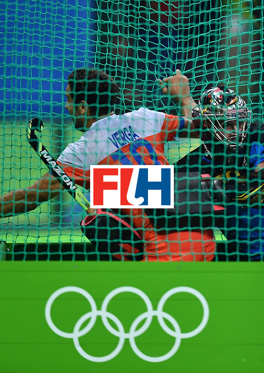 Netherland's Valentin Verga (L) vies with Australia's Andrew Charter to score a goal during the men's quarterfinal field hockey Netherlands vs Australia match of the Rio 2016 Olympics Games at the Olympic Hockey Centre in Rio de Janeiro on August 14, 2016. / AFP / MANAN VATSYAYANA        (Photo credit should read MANAN VATSYAYANA/AFP/Getty Images)