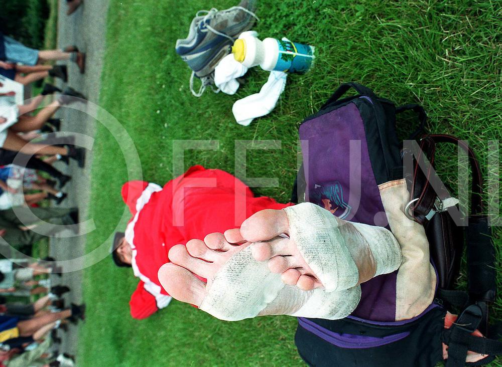 Nijmegen 15-07-97 4daagse.Laat ze maar lopen, lijkt deze wandelaar te denken terwijl hij zijn voeten een korte pauze gunt. De eigenaar van deze voeten is herman holterman uit raalte. ..fotoburo uijlenbroek©/henk offenberg