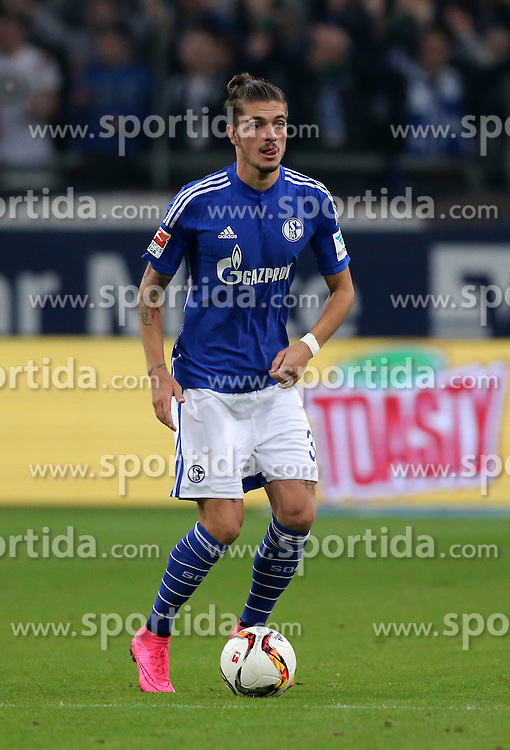 23.09.2015, Veltins Arena, Gelsenkirchen, GER, 1. FBL, Schalke 04 vs Eintracht Frankfurt, 6. Runde, im Bild Roman Neustaedter (Schalke) mit Ball // during the German Bundesliga 6th round match between Schalke 04 and  Eintracht Frankfurt at the Veltins Arena in Gelsenkirchen, Germany on 2015/09/23. EXPA Pictures &copy; 2015, PhotoCredit: EXPA/ Eibner-Pressefoto/ Hommes<br /> <br /> *****ATTENTION - OUT of GER*****