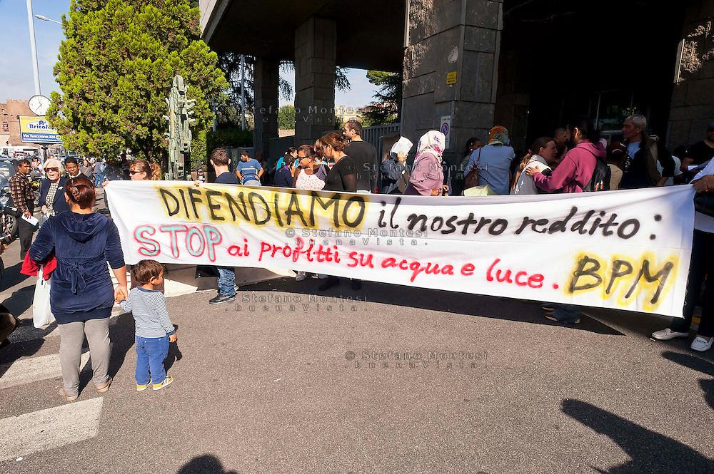 Roma, 17 Ottobre 2012.Movimenti per il diritto all'abitare occupano la sede dell'ACEA..I movimenti per il diritto all'abitare hanno occupato la sede dell'ACEA per chiedere una tariffazione sociale di acqua e luce