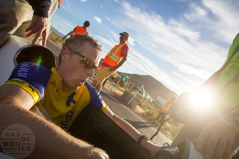 Jan-Marcel van Dijken tijdens de laatste race. In Battle Mountain (Nevada) wordt ieder jaar de World Human Powered Speed Challenge gehouden. Tijdens deze wedstrijd wordt geprobeerd zo hard mogelijk te fietsen op pure menskracht. Het huidige record staat sinds 2015 op naam van de Canadees Todd Reichert die 139,45 km/h reed. De deelnemers bestaan zowel uit teams van universiteiten als uit hobbyisten. Met de gestroomlijnde fietsen willen ze laten zien wat mogelijk is met menskracht. De speciale ligfietsen kunnen gezien worden als de Formule 1 van het fietsen. De kennis die wordt opgedaan wordt ook gebruikt om duurzaam vervoer verder te ontwikkelen.<br /> <br /> In Battle Mountain (Nevada) each year the World Human Powered Speed Challenge is held. During this race they try to ride on pure manpower as hard as possible. Since 2015 the Canadian Todd Reichert is record holder with a speed of 136,45 km/h. The participants consist of both teams from universities and from hobbyists. With the sleek bikes they want to show what is possible with human power. The special recumbent bicycles can be seen as the Formula 1 of the bicycle. The knowledge gained is also used to develop sustainable transport.