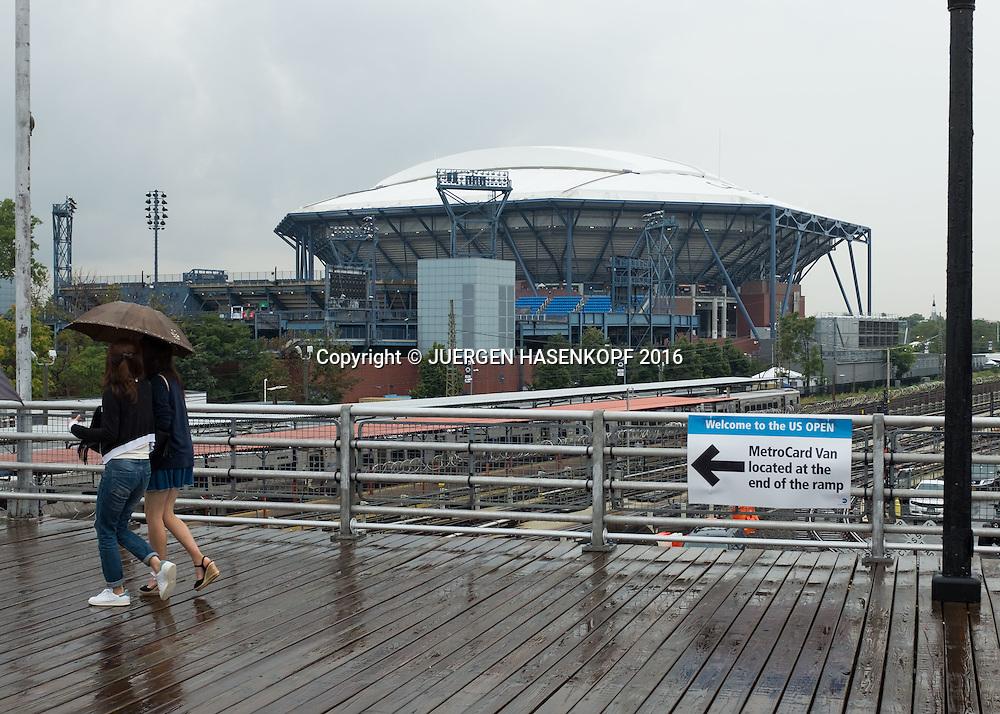 US Open  2016 Feature, Tennis Fans auf dem Weg zum Stadion im Regen,<br /> <br /> Tennis - US Open 2016 - Grand Slam ITF / ATP / WTA -  USTA Billie Jean King National Tennis Center - New York - New York - USA  - 1 September 2016.