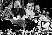 Nederland, Den Bosch, 1985De op 2 -3-2005 overleden Paus Johannes Paulus tijdens zijn bezoek aan het provinciehuis. Links van hem kardinaal Simonis. Pausbezoek, bezoek.Foto: Flip Franssen/Hollandse Hoogte