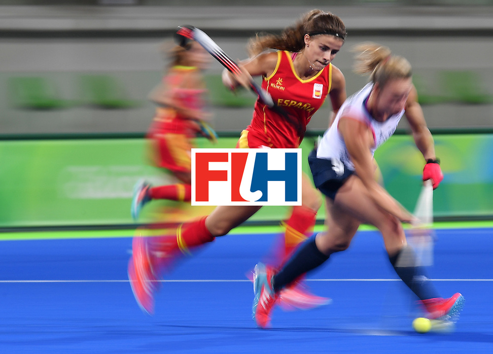 Spain's Lucia Jimenez (L) vies with Britain's Susannah Townsend during the women's quarterfinal field hockey Britain vs Spain match of the Rio 2016 Olympics Games at the Olympic Hockey Centre in Rio de Janeiro on August 15, 2016. / AFP / MANAN VATSYAYANA        (Photo credit should read MANAN VATSYAYANA/AFP/Getty Images)