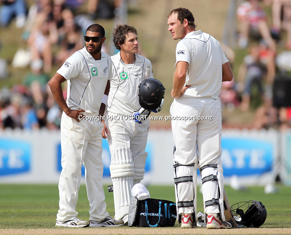 New Zealand opening batsmen BJ Watling and Tim McIntosh wait for the 3rd umpire decision with Jetan Patel (L).<br />