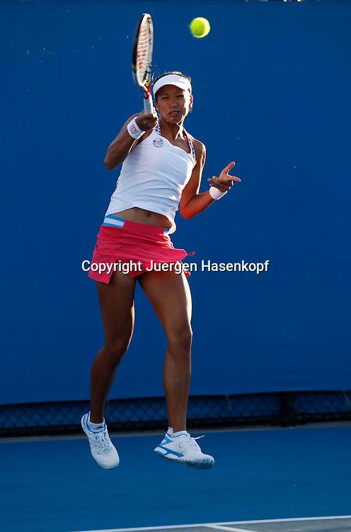 Australian Open 2012, Melbourne Park,ITF Grand Slam Tennis Tournament,Anne Keothavong (GBR).Aktion,Einzelbild,Ganzkoerper,Hochformat,