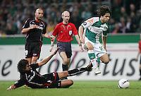 Fussball  UEFA Pokal  Viertelfinale  Rueckspiel  Saison 2006/2007 SV Werder Bremen - AZ Alkmaar              DIEGO (re, Bremen) kann sich gegen Nourdin BOUKHARI (li, Alkmaar) durchsetzen.