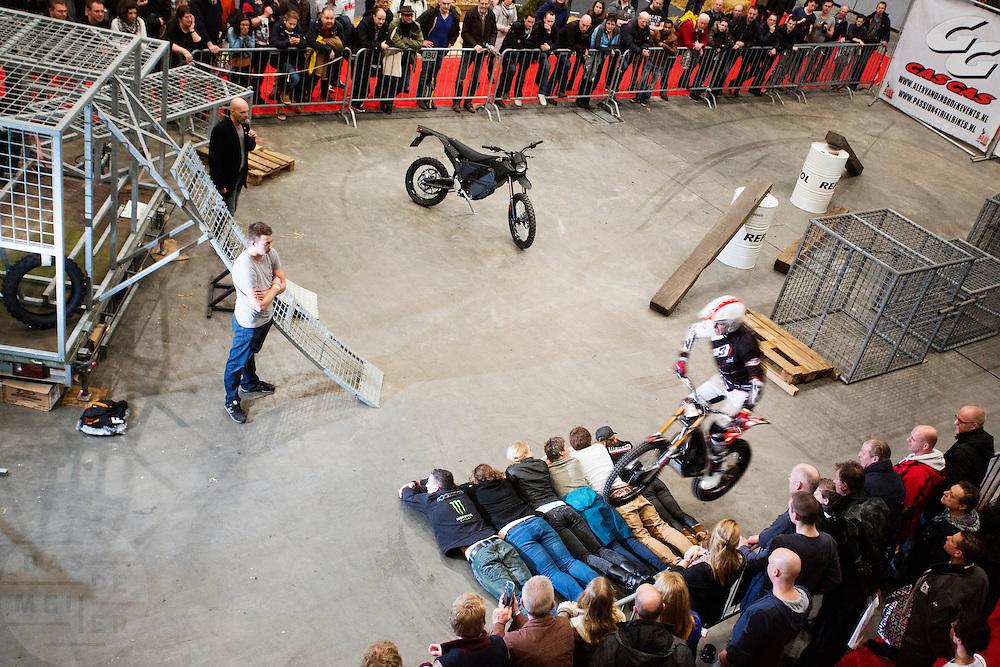 Een stuntrijder sprint met de crossmotor over zes mensen uit het publiek. In Utrecht vindt voor de 30e keer de Motorbeurs plaats. De jaarlijkse beurs trekt altijd veel bezoekers die op de nieuwe modellen motoren kunnen zitten. Daarnaast is er ook veel aandacht voor de accessoires. De motorrijder vergrijst, de gemiddelde leeftijd ligt boven de 45, in 2000 was dat nog 39.<br /> <br /> In Utrecht the 30th  Motorbeurs takes place. The annual trade event, always attracts many visitors who can try the new models. There is also a lot of attention to accessories. The motorcyclist ages, the average age is over 45, in 2000 it was 39.