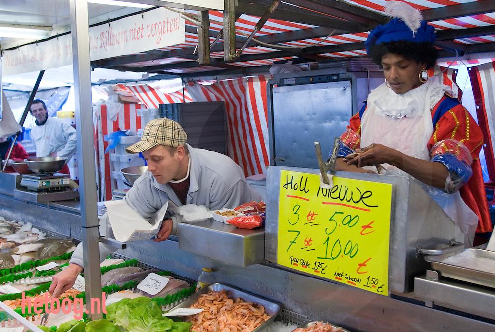 netherlands nederland enschede..zwartepiet maakt op de markt in enschede vis schoon..