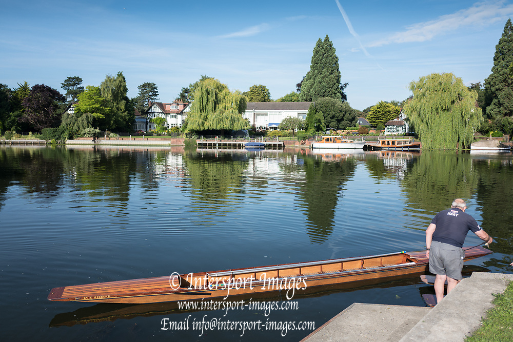 "Maidenhead, United Kingdom.  Maneuvering the punt for mooring. ""Thames Punting Club Regatta"", Bray Reach.<br /> 08:53:31 Sunday  06/08/2017<br /> <br /> [Mandatory Credit. Peter SPURRIER Intersport Images}.<br /> <br /> LEICA Q (Typ 116) 28mm  f1.7   1/3200 /sec    100 ISO River Thames, .......... Summer, Sport, Sunny, Bright, Blue Skies, Skilful,"