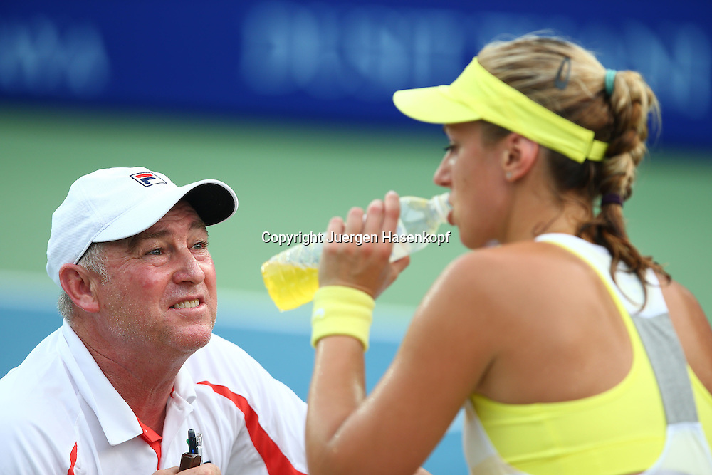 PTT Pattaya Open 2013,WTA Tennis Turnier,. International Series, Dusit Resort in Pattaya,.Thailand ,Trainer Ricardo Sanchez (ESP) spricht mit Sabine Lisicki (GER) waehrend der SpielpauseHalbkoerper,Querformat,