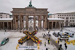 Passanten und Touristen staunten nicht schlecht: Direkt vor dem Brandenburger Tor in Berlin entstand am 9. Februar 2012 ein großes gelbes X. Rund 150 Menschen formten das Symbol des Widerstands gegen ein Atommüll-Endlager in Gorleben. Anschließend zogen sie mit dutzenden Atommüllfässern vor das Umweltministerium - dort tagten die Bundesländer und Umweltminister Röttgen, um über die Endlagersuche zu beraten. <br /> <br /> Ort: Berlin<br /> Copyright: Christina Palitzsch<br /> Quelle: PubliXviewinG