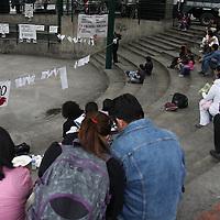 """TOLUCA, México.- Jóvenes se reunieron en la Plaza González Arratia para exigir """"No más Violencia"""" como parte de la marcha por la Paz que se realiza en 20 ciudades de la República Mexicana como respaldo de la encabezada por el poeta Javier Sicilia, por el asesinato de su hijo Juan Francisco.  Agencia MVT / Crisanta Espinosa. (DIGITAL)"""