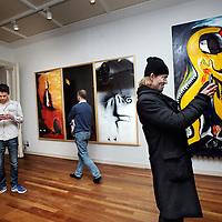 Nederland, Amsterdam , 29 januari 2015.<br /> De wereld draait door heeft donderdag een pop-up museum geopend in het Allard Pierson Museum in Amsterdam.<br /> Het televisieprogramma, dat dit jaar tien jaar bestaat, heeft met een aantal van haar vaste gasten een deel van het museum ingericht met werk uit de depots van tien grote musea in Nederland.<br /> Gastconservatoren onder wie Jan Mulder, Nico Dijkshoorn, Joost Zwagerman, Marc-Marie Huijbregts en Halina Reijn gingen in de depots van de grote musea op zoek naar verborgen kunstwerken. Ieder museum heeft een zaal in de tentoonstelling die door de gastconservator zelf is ingericht. Zij geven in de DWDD-uitzending van donderdagavond uitleg over hun kunstschatten.<br /> Het Allard Pierson Museum is het archeologiemuseum van de Universiteit van Amsterdam. Het pop-up museum is vier maanden lang te bezoeken.<br /> Op de foto: Kunstenaar Jasper Krabbé maakt een foto van een kunstwerk in de ruimte met de door hem uitgekozen kunstwerken.<br /> Foto:Jean-Pierre Jans
